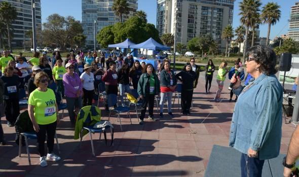 Adultos mayores de Viña del Mar participaron en caminata por el borde costero