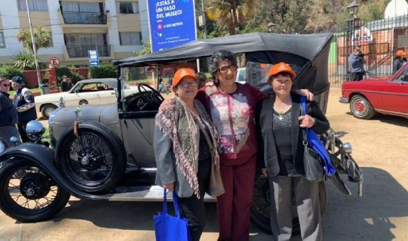 Adultos mayores de Viña del Mar participaron en caravana de autos antiguos