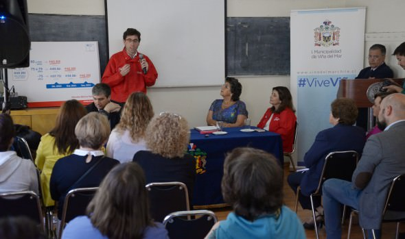 Adultos mayores participan en conversatorio sobre beneficios del pilar solidario en Viña del Mar