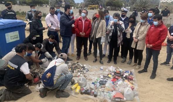 Autoridades hacen llamado a no dejar mascarillas y guantes en la arena de las playas de Viña del Mar