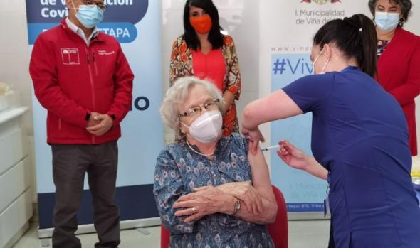 Viña del Mar inició proceso de inoculación de más de 37 mil vacunas a adultos mayores