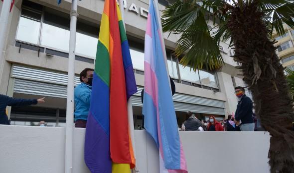 Con izamiento de la bandera de la diversidad sexual, Municipio de Cuidados conmemora incendio en Discoteque Divine