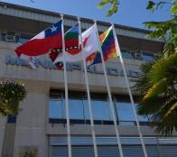 Banderas de los pueblos originarios flamean junto a la chilena en frontis de la Municipalidad de Viña del Mar
